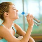 El beber agua ayudara con su peso y previene el cáncer de colon