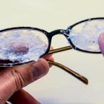 Aplica esto en tus lentes y eliminarás las marcas y rayones como por arte de magia